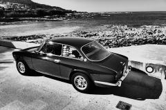 La parte trasera recuerda a modelos como el BMW 3.0 CS o el Peugeot 504 Coupé.
