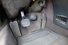 El característico pedal de freno de alta presión.