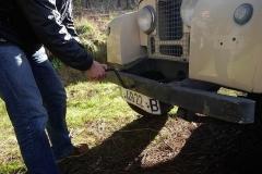 El Land Rover se puede arrancar a manivela.