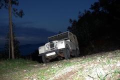 El Land Rover se abre camino lentamente.