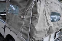 Detalle del cierre trasero de la capota con solapas laterales.