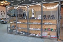Vitrinas con diversos productos en venta.