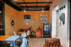 La decoración está inspirada en las motos y los coches.