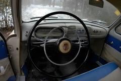 El volante es de grandes dimensiones para poder hacer fuerza sin dirección asistida.