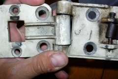 Bisagras-desgastadas-las-puertas-se-descolgaban-Se-encasquillaron-con-bronce