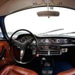 El volante de gran diámetro ayuda a girar la dirección sin asistencia.