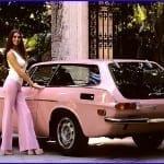 En los años 70 Playboy hacía posar a sus modelos junto a deportivos rosas.