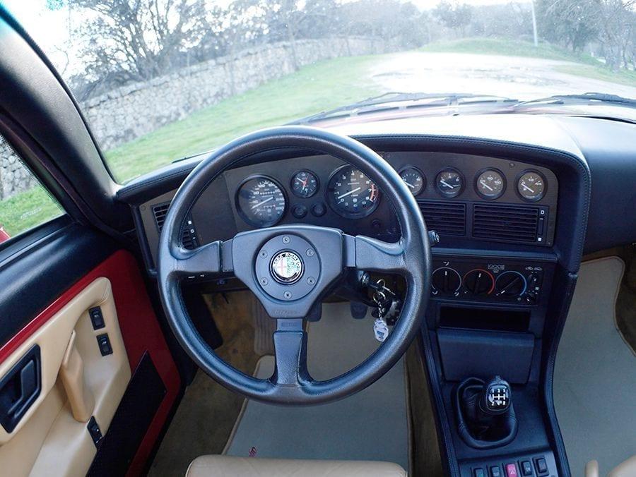 La postura de conducción es típica de un coupé deportivo.