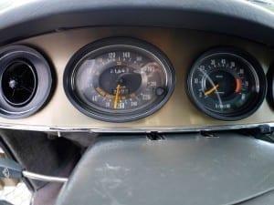 El velocímetro, además de la velocidad, indica la distancia de frenado a cada velocidad.