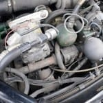 El compresor del aire acondicionado y la bomba de alta presión complican las poleas y correas.