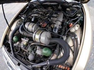 El motor apenas se ve oculto tras los tubos y cables.