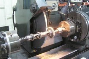 El eje intermedio manda la distribución, el encendido de la chispa y la polea de auxiliares del motor.