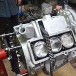 La peculiar disposición de la distribución permitía diseñar dos culatas idénticas y reducir el coste de producción de este motor.