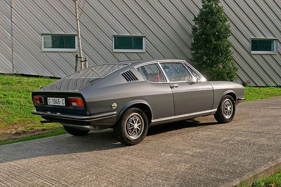 Las líneas del Audi 100 Coupé S tienen raíces en varios coupés de la época, como el Ford Mustang Fastback, pero también cierto regusto italiano.