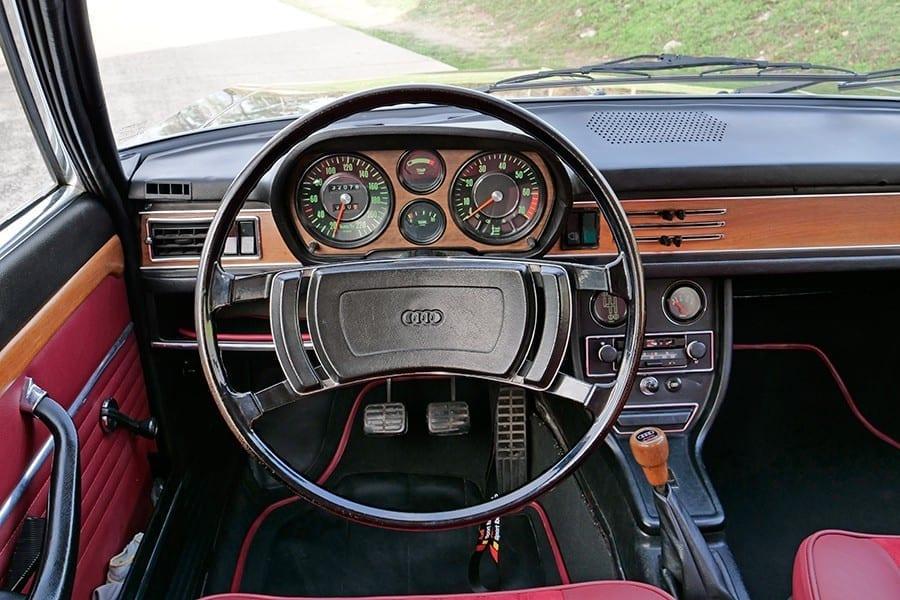 El Audi 100 Coupé S invita a tirar millas tras su volante.