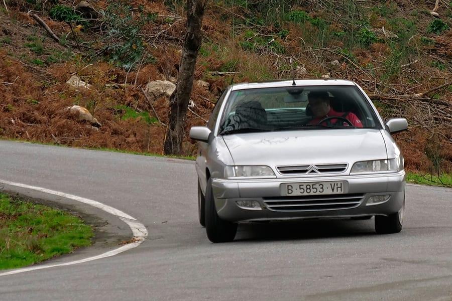 Sólo la deriva de los neumáticos deja claro que está trazando la curva a alta velocidad.