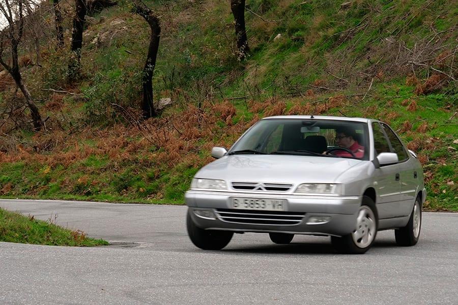 Sólo la deriva del neumático demuestra que la foto se ha tomado con un coche en marcha, la inclinación de la carrocería es imperceptible.