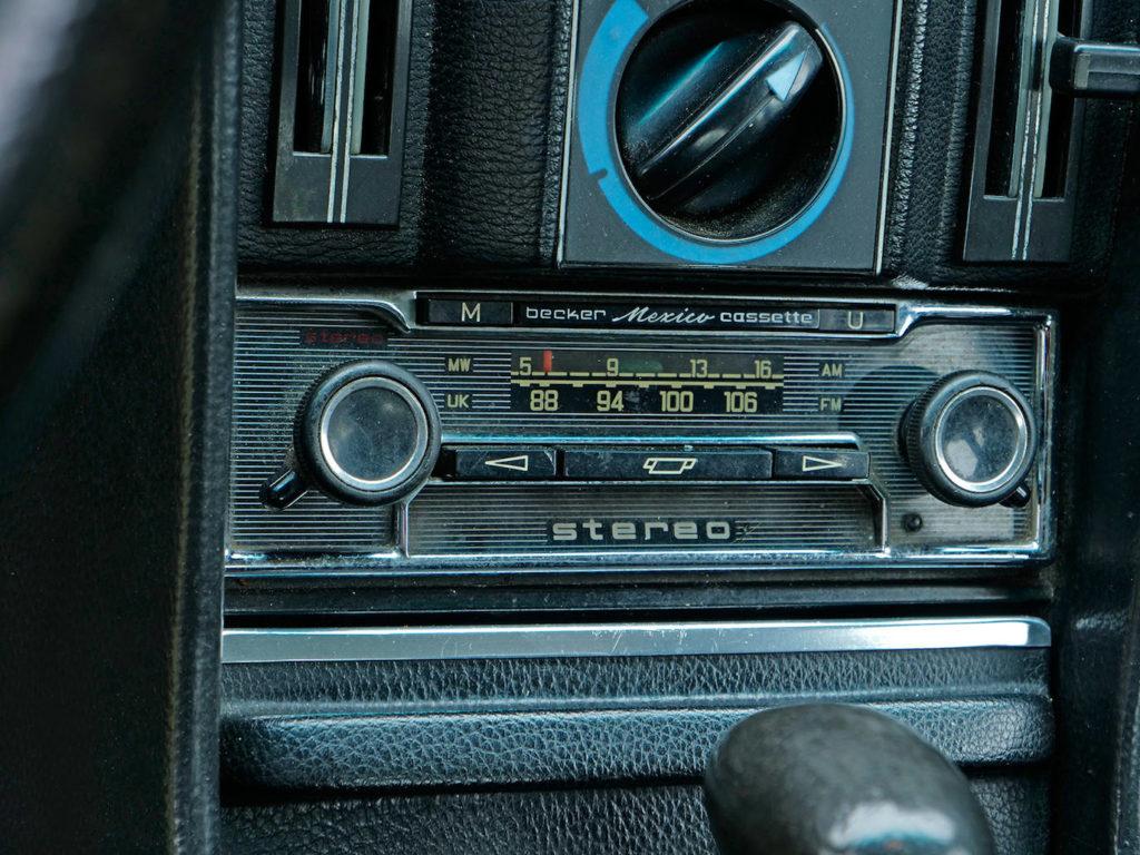 No puede faltar una radio Becker en un buen Mercedes.